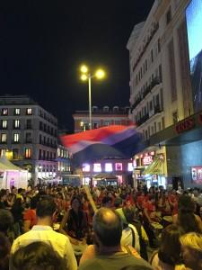 Bandera bisexual ondeando en la Plaza de Callao