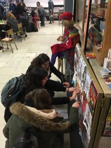 Colocando publicidad por el Día de San Valentín en el Mercado de San Fernando