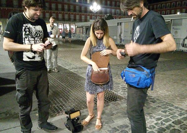 El equipo de Reporteros-360 junto a un voluntario del proyecto en Plaza Mayor
